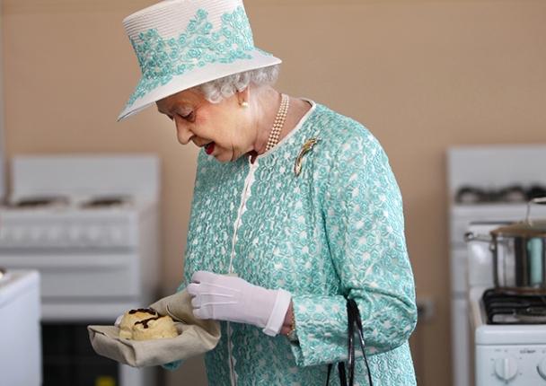 Queen-eating-scones